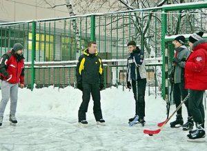 Глава Муниципального округа Мещанский Александр Закускин с командой хоккеистов. Фото: пресс-служба МО