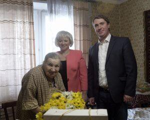"""Пенсионерке вручили подарки, пожелали здоровья и сохранения оптимизма. Фото: взято с личной страницы Дмитрия Башарова """"ВКонтакте"""""""