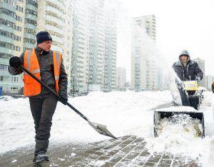 Сотрудники «Жилищника» очистили от снега улицы района. Фото: архив, «Вечерняя Москва»
