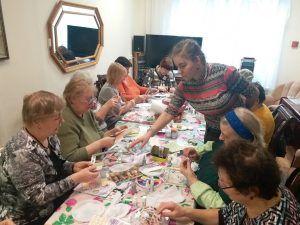 Творческий мастер-класс посетили пожилые люди в Центре социального обслуживания района. Фото: предоставлено пресс-службой ТЦСО «Мещанский»