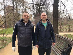 Сотрудники ГБУ «Жилищник» Павел Свинарев и Александр Шаров. Фото: Анна Шутова