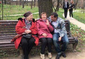 Телеведущий Отар Кушанашвили и жительницы района. Фото: Анна Шутова