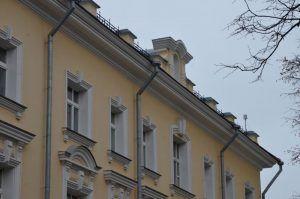Сотрудники «Жилищника» отреставрируют фасад дома в районе. Фото: Анна Быкова