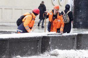 Сотрудники «Жилищника» очистили кровли домов от снега в районе. Фото: архив, «Вечерняя Москва»