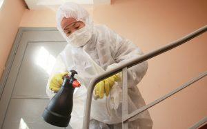 Сотрудники «Жилищника» провели дезинфекцию подъездов жилых домов в районе. Фото: Наталия Нечаева, «Вечерняя Москва»