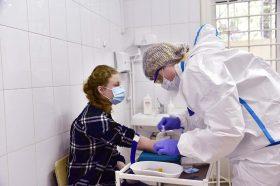 За первые пять часов на прививку от COVID-19 записалось 5000 москвичей. Фото: Пелагия Замятина, «Вечерняя Москва»