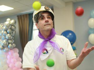 Руководитель цирковой студии Константин Якунин показывает трюки. Фото:  Наталия Нечаева, «Вечерняя Москва»