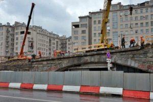 Большой каменный мост запланировали отремонтировать к концу лета 2021 года. Фото: Анна Быкова
