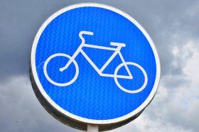 Дождеприемные решетки установили на велодорожке в районе. Фото: Анна Быкова